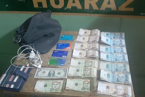 Ciudadana Virma Medina Figueroa agradeció a agentes de la Unidad de Tránsito y Seguridad Vial de Huaraz por devolverle cartera extraviada.