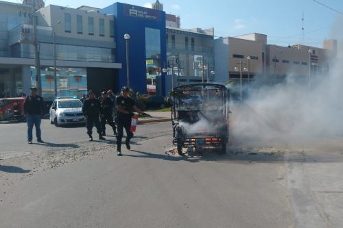 Agentes de Seguridad Ciudadana ayudaron a sofocar el incendio de un mototaxi a escasos metros de la plaza mayor del distrito de Nuevo Chimbote (Áncash).