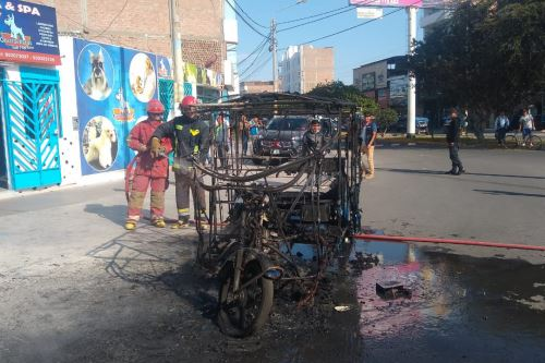 Incendio de mototaxi se registró en la intersección de las avenidas Argentina y Country del distrito de Nuevo Chimbote (Áncash).