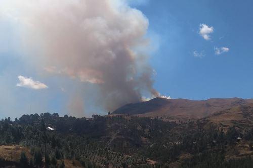 Vientos fuertes ocasionan el avance de la densa humareda hacia la ciudad del Cusco.