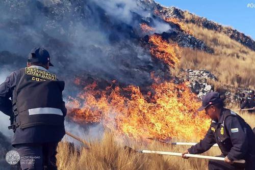 Personal del municipio de Poroy apoya las labores para sofocar el incendio forestal, que se registra desde las 13:00 horas y ha ocasionado una densa humareda en la ciudad del Cusco.