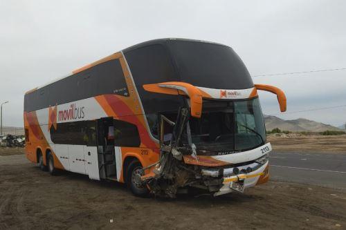 Un bus de la empresa Móvil Tours, de placa D3F-963, chocó frontalmente contra un patrullero en la carretera Panamericana Norte, en jurisdicción del distrito ancashino de Samanco.