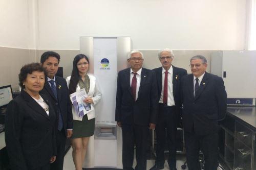 Jorge Ballón Echegaray lidera el equipo técnico del laboratorio de microbiología molecular, que funciona en la Universidad Nacional de San Agustín.