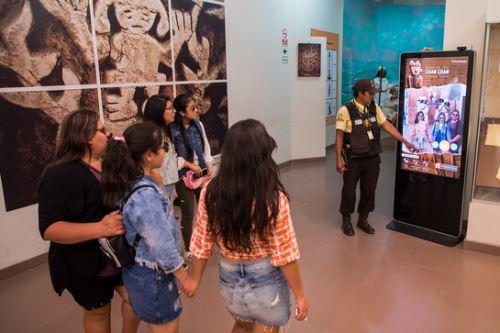 El Tótem multimedia implementado en el Museo de Sitio Chan Chan es una herramienta digital, que permite acercar más a los visitantes a la cultura Chimú.