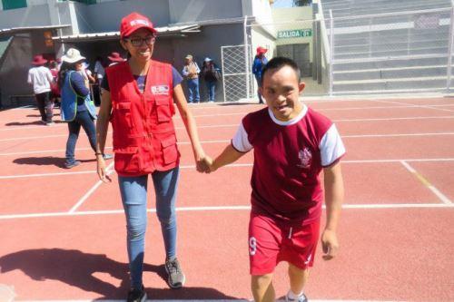 Residentes del CAR Sagrada Familia participan en talleres de atletismo, bochas, fútbol y natación, que se dictan en el IPD de Arequipa.