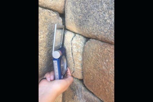 Los terremotos dejaron evidencia de daños, como la inclinación de los muros, separación de las piedras, algunos bordes rotos de las rocas, entre otros.