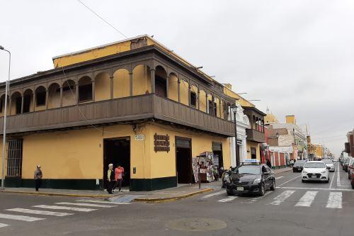 El hotel de Larco en la actualidad. César Vallejo y  su hermano Néstor alquilaban una pieza en este alojamiento. FOTO: Luis Puell