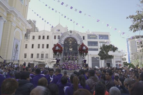La venerada imagen del Señor de los Milagros derramó bendiciones a su paso por las céntricas calles de la ciudad de Chiclayo.