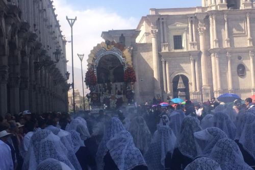 La venerada imagen del Señor de los Milagros derramó bendiciones a su paso por las céntricas calles de la ciudad de Arequipa.