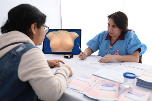 Durante campaña en Puno se promovió la autoevaluación mensual en mujeres menores de los 40 años.