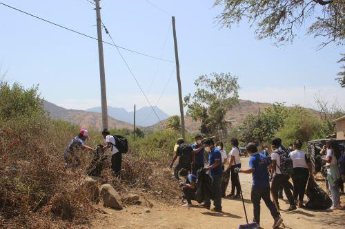 Estudiantes de las instituciones educativas San Francisco de Asís y Ritela Checa Blanco, Fraternidad Cultural Sumaq Taki participaron en jornada de limpieza del cerro Mulato (Lambayeque).