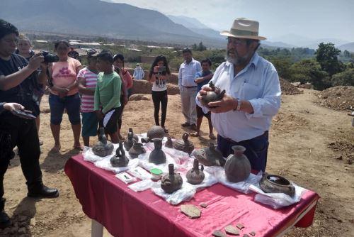 El arqueólogo Walter Alva mostró algunas de las piezas halladas durante las excavaciones en la Huaca El Toro (Lambayeque).
