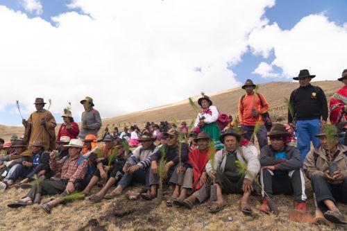 El gobernador de Apurímac, Baltazar Lantarón, dijo que plantar un millón de árboles en un solo día genera conciencia ambiental y el uso sostenible de los recursos naturales.