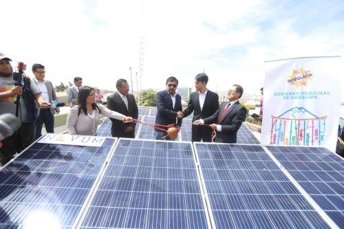 La 'electrolinera' para recargar autos eléctricos consta de 12 paneles solares que permitirán aprovechar la radiación solar de Arequipa.