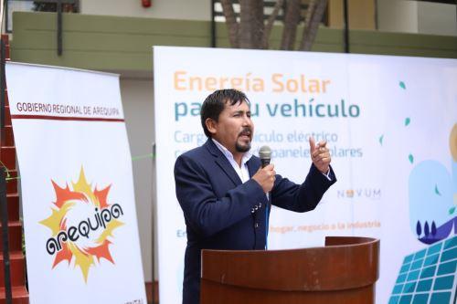 El gobernador de Arequipa, Elmer Cáceres Llica, destacó la importancia de la utilización de energía limpia en la región.