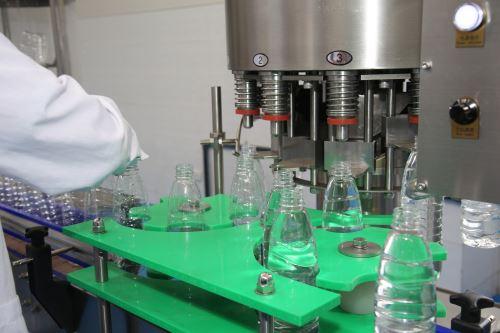 El sistema de tratamiento implementado en la Universidad Nacional del Santa está diseñado para producir 700 litros de agua purificada por hora.