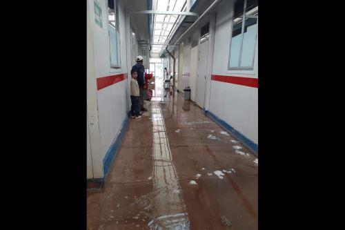 Lluvias torrenciales inundaron los pasillos del hospital de contingencia Qali Runa, en la ciudad del Cusco.