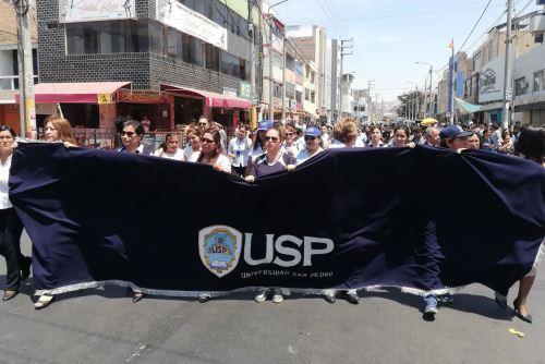 Trabajadores administrativos y docentes de la Universidad San Pedro se movilizaron en la ciudad de Chimbote.