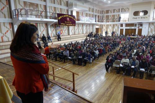 La ministra de Educación, Flor Pablo, animó hoy a los mejores maestros del Perú a vivir la experiencia de enseñar en la zona rural.