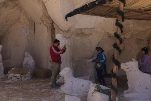 Pobladores y turistas visitan nacimiento tallado en sillar en las canteras de sillar de Añashuayco, región Arequipa.