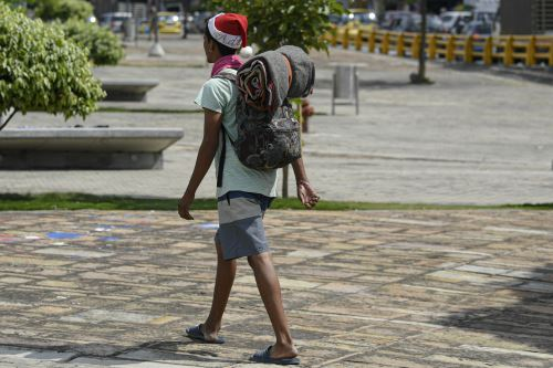 Migrantes venezolanos en Colombia emprendieron una caminata rumbo a su país para reencontrarse con la familia en esta Navidad.