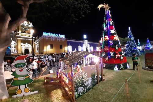 Durante las fiestas de fin de año, uno de los lugares más concurridos es la plaza de Armas de la ciudad de Trujillo.