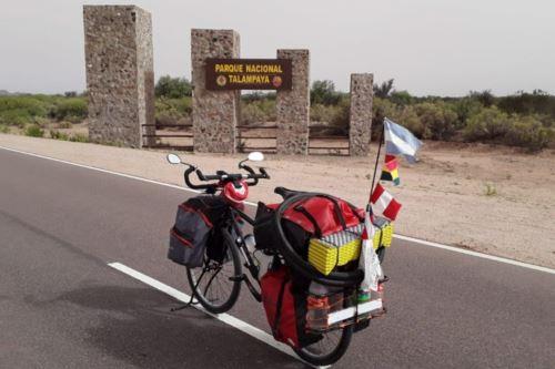 El argentino Darío Salotti considera a su bicicleta su casa y posee alforjas traseras y delanteras. Con ella recorrerá Bolivia, Chile y Perú.