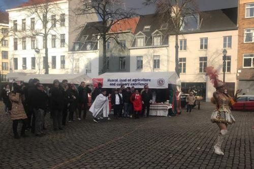 El chancho al palo se lució en festival gastronómico desarrollado en la plaza Saint Catherine de Bruselas, Bélgica.