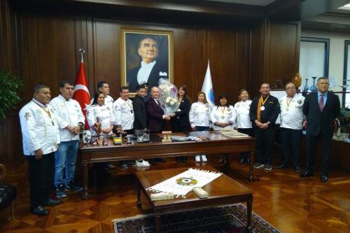 El alcalde de Estambul, Hasan Akgün, reconoció como embajadores de la gastronomía peruana a los emprendedores huaralinos.