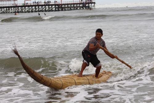 Los caballitos de totora surcan el mar de Huanchaco, región La Libertad.
