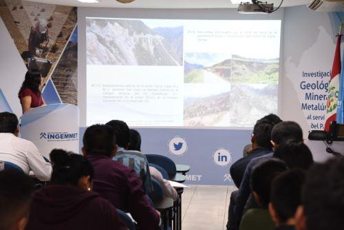 """El Ingemmet presentó el boletín """"Peligro geológico en la región Junín"""" en la última edición del Viernes Geomim."""