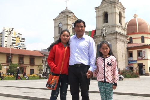 El docente huancaíno Gerson Ames Gaspar ha logrado que su hija, Mélani Ames, domine las matemáticas.