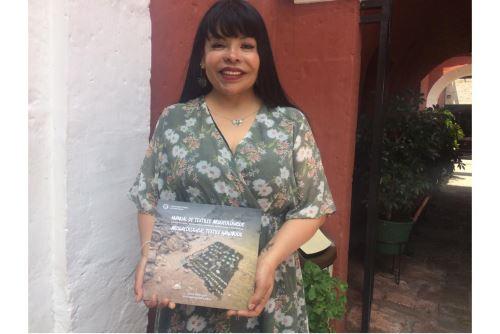 """Las arqueólogas Alina Aparicio y Grace Katterman presentaron recientemente el libro """"Manual de textiles arqueológicos. Cómo excavar, documentar, analizar, interpretar y almacenar"""". title="""