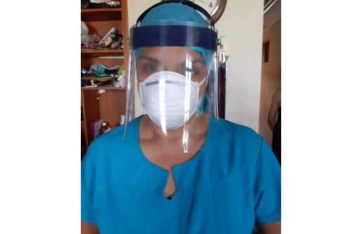 Las máscaras de protección son confeccionadas por el artesano Segundo Zapata con botellas de plástico.