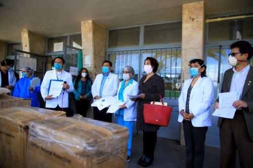 La donación fue recibida por el titular de la Geresa Arequipa, Leonardo Chirinos.