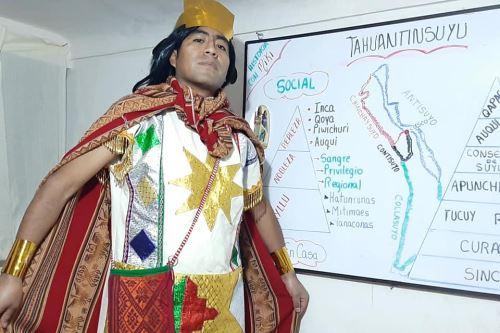 El maestroJuan Quispe ha caracterizado a más de 30 personajes para atraer la atención de sus alumnos.