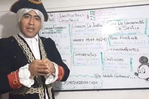 El docente Juan Quispe Aguilar caracteriza a diversos personajes para captar la atención de sus alumnos.