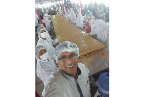 El último día de la feria se repartía gratuitamente el king kong gigante que preparaban productores del dulce.