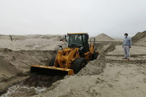 Con ayuda de un cargador frontal se enterró la ballena jorobada, que varó frente a las playas de Mórrope.