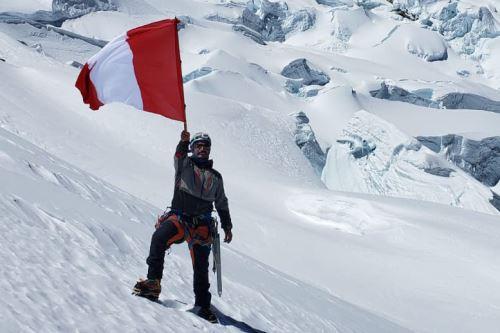 El montañista Víctor Rímac escaló la montaña más alta del Perú, el nevado Huascarán, para colocar la Bandera Nacional en Fiestas Patrias.