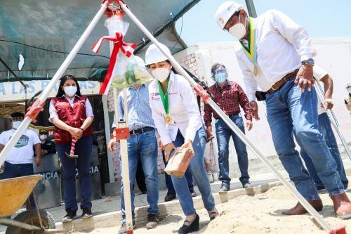 La directora ejecutiva de la Autoridad para la Reconstrucción con Cambios, Amalia Moreno, colocó la primera piedra de dos colegios.