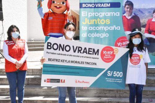 La titular del Midis entregó cheques simbólicos del Bono Vraem a seis estudiantes de educación secundaria de la provincia de Huanta.