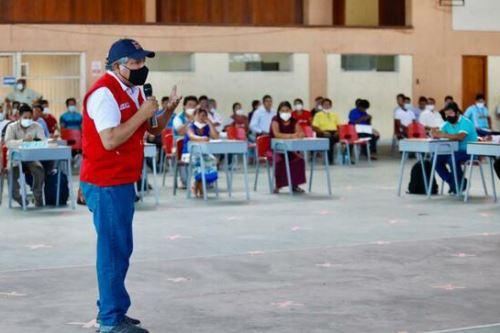 La reunión de diálogo intercultural presidida por el viceministro Víctor Murillo se desarolló en el Colegio Nacional de iquitos.
