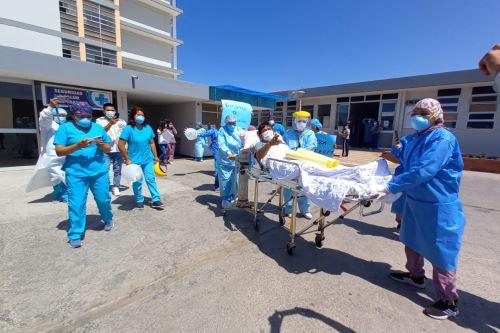 El enfermero Fredy Mosqueira continuará su recuperación en un ambiente de hospitalización.