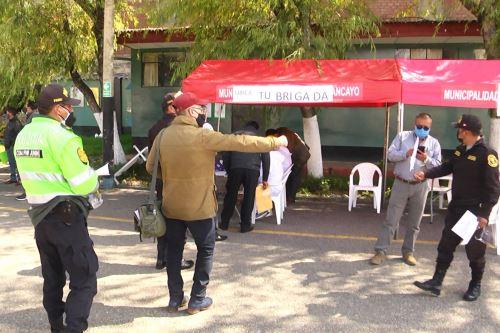 Oficiales y suboficiales de la Policía Nacional de Junín y Huancavelica son vacunados contra el covid-19.