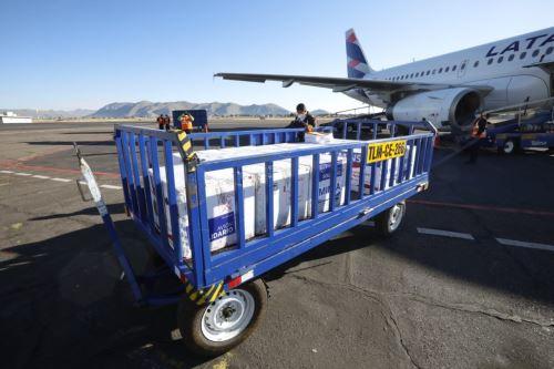 La región Puno recibió un cargamento de 55,130 vacunas AstraZeneca contra el covid-19.
