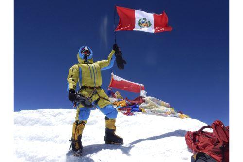 El montañista Víctor Rímac lidera el proyecto Bandera del Bicentenario, que busca contribuir a la reactivación económica del país.