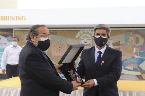 El ministro de Cultura, Alejandro Neyra, entregó una placa recordatoria al descubridor del jerarca moche, Walter Alva.