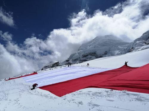 Áncash: la Bandera del Bicentenario ya se encuentra en el nevado Huascarán  | Noticias | Agencia Peruana de Noticias Andina