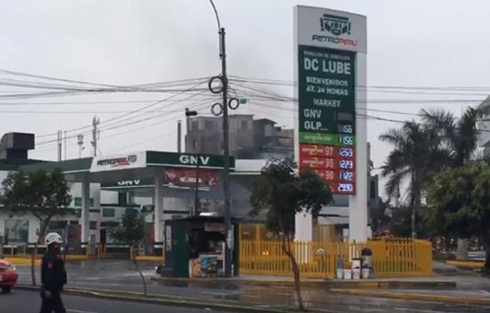 Se registra incendio en un grifo de la Av. Brasil, frente al Hospital del Niño de Breña